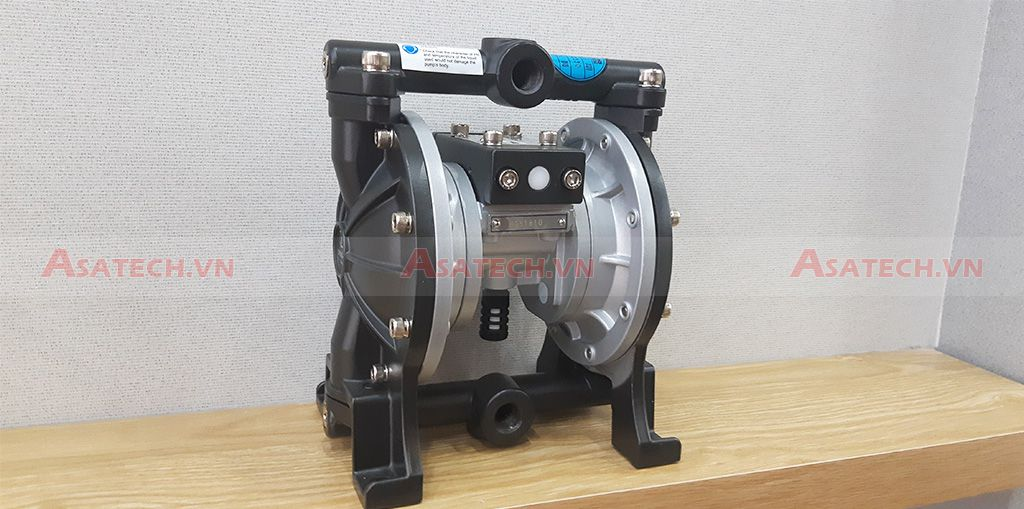 Máy bơm màng khí nén DS03-AAT-TASS-02 có cấu tạo thân bằng vật liệu Nhôm và màng bằng vật liệu Teflon