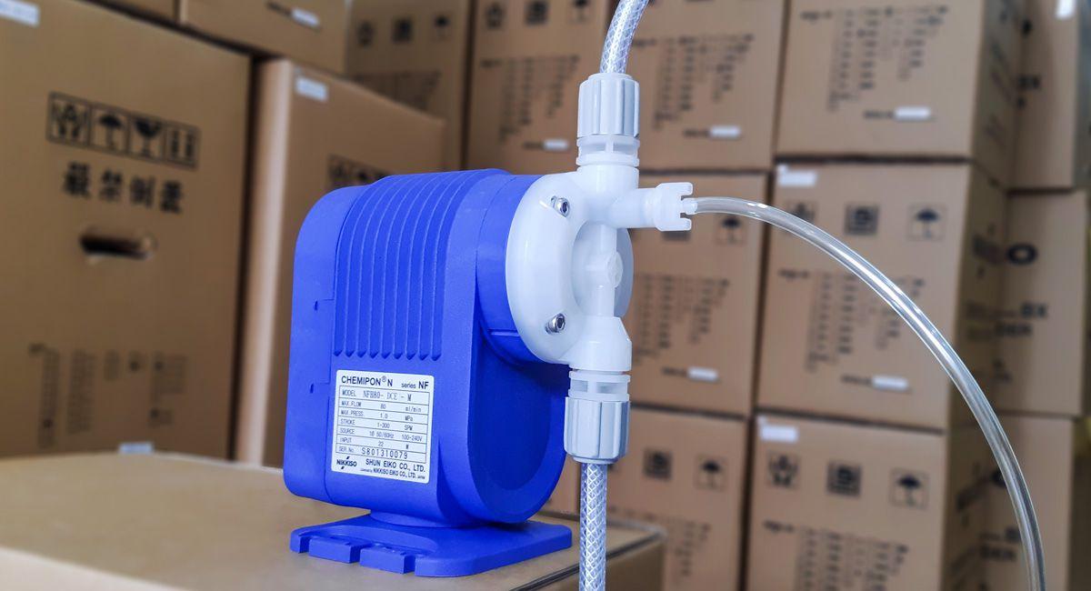Bơm định lượng hóa chất Nikkiso NFH100 DCE M có đầu kết nối bằng ống mềm