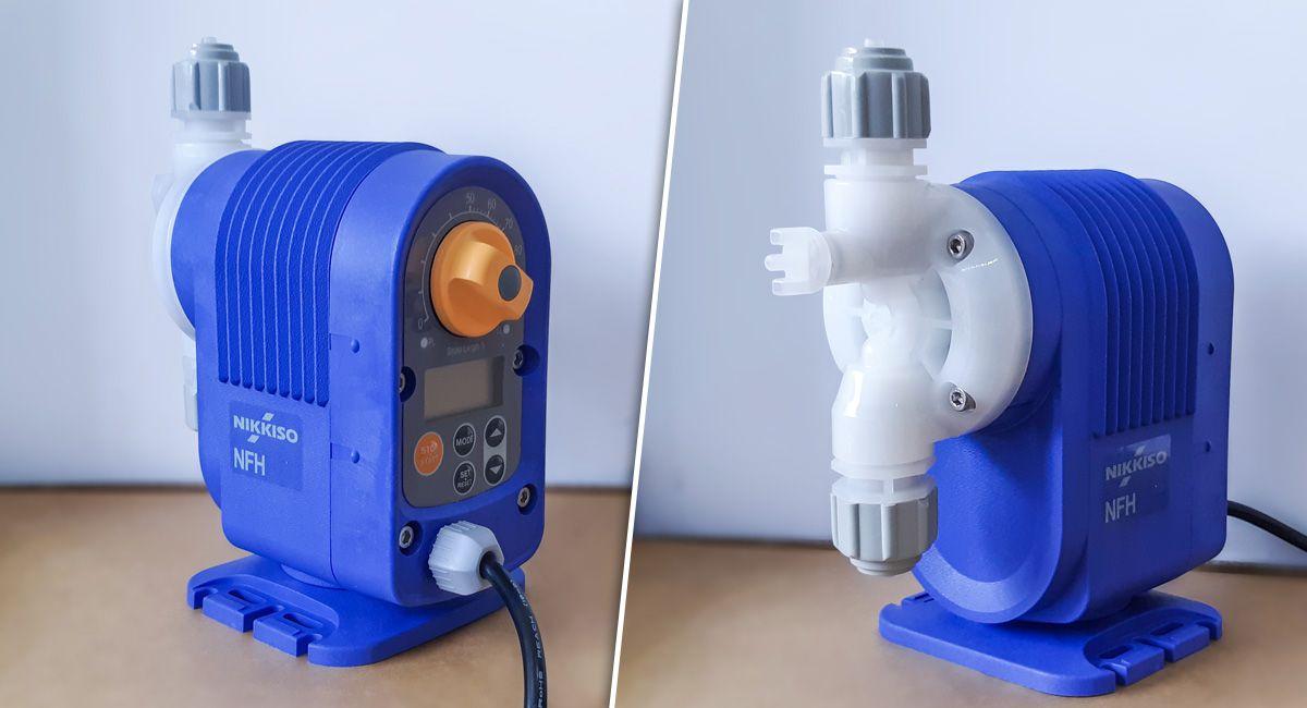 Bơm định lượng hóa chất Nikkiso NFH100 DCE M có trang bị bộ điều chỉnh lưu lượng phía sau máy.