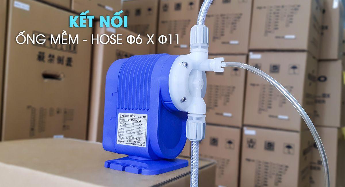 Bơm định lượng mini NFH20 có đầu kết nối bằng ống mềm.