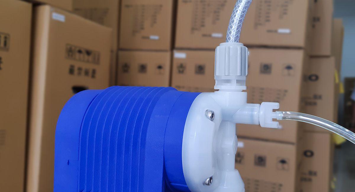 Bơm định lượng hóa chất Nikkiso NFH20 P2MC CF được kết nối theo dạng ống mềm