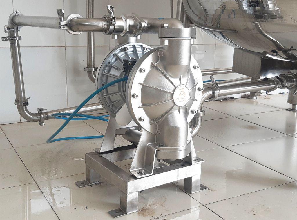 Bơm màng TDS DS14 thân inox và màng teflon được lắp đặt tại nhà máy của Trà Phúc Long