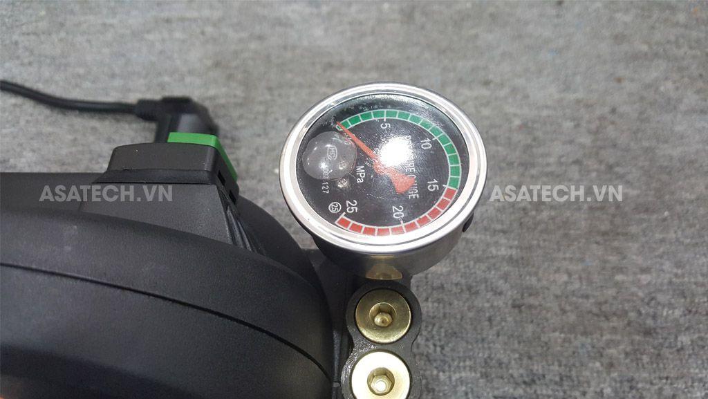 Đồng hồ đo áp lực nước trên máy Tonyson V1 có áp lực nước 70bar.