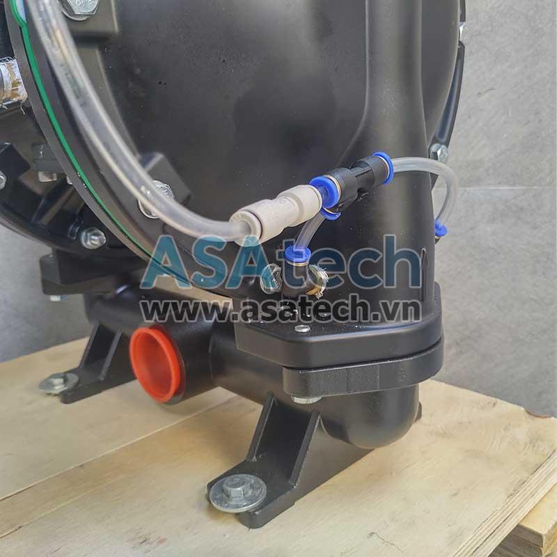 Đường thổi khí nén giúp làm tơi bột trên thân máy bơm