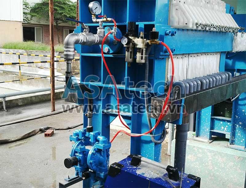 Máy bơm màng khí nén được sử dụng để bơm bùn ép cho máy ép bùn trong hệ thống xử lý nước thải