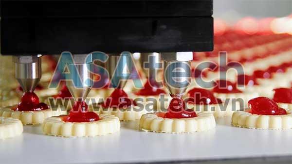 Hệ thống dây chuyền trong nhà máy chế biến thực phẩm cần sử dụng đến máy bơm thực phẩm chuyên dụng